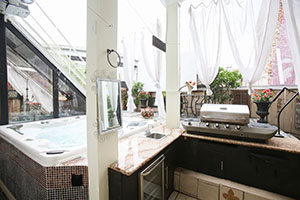 Outdoor Kitchen | Grill | Jacuzzi